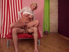 Reife Blondine Anal Couch