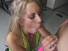Blondinen Blowjob im Fitness Center