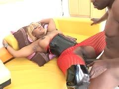 Blonde Ebony Gemini Lovell in Dessous von BBC gerammelt